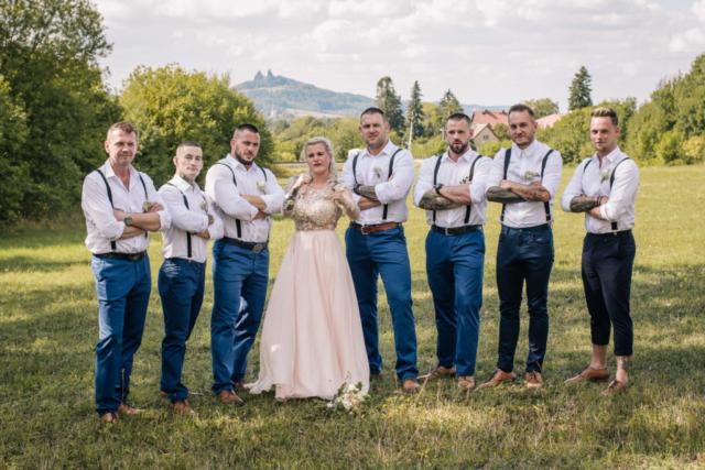 svatba trosky skupinka svatební hosté