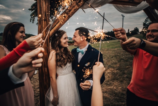 svatba prskavky novomanželé
